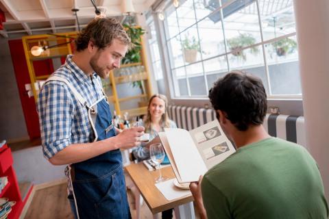 Если обратиться к положению Закона «О защите прав потребителей» п. 1, ст. 4, предоставляющая услугу сторона (ресторан) обязана выполнить задачу обеспечения качество продукта в соответствии с договором.