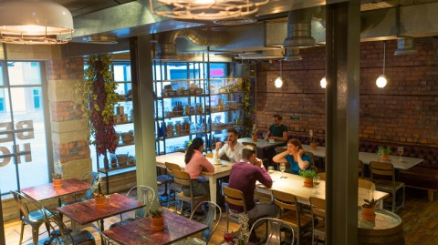 БОльшая половина клиентов ресторанов относятся с пониманием и по-джентльменски к ошибкам поваров, персонала и поняв, что еда невкусная, гость не будет ее есть дальше, заплатит по счету, но больше не придет в это место, и не будет его рекомендовать.
